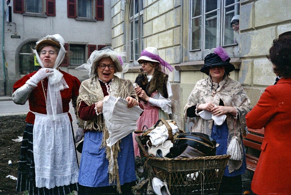 Narrengruppe auf dem unteren Rathausplatz, Fasnacht 1974