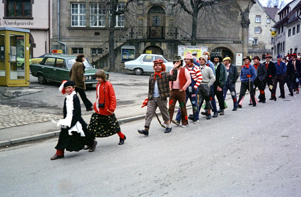 2 Fotos: Narrengruppe auf dem oberen Rathausplatz, Fasnacht 1974
