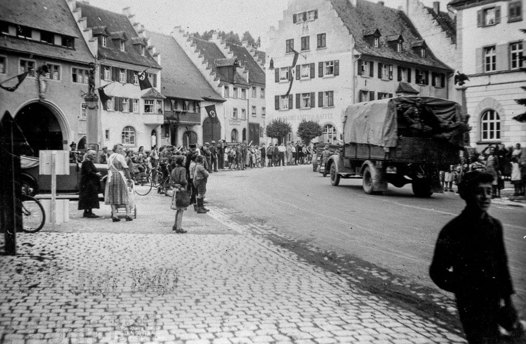Wehrmachtsfahrzeuge im Städtchen, Juli 1940