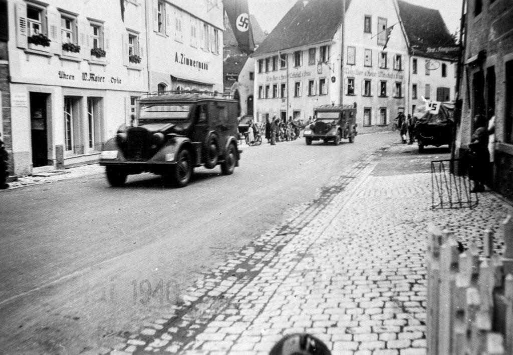 2 Fotos: Wehrmachtsfahrzeuge im Städtchen, Mai 1940