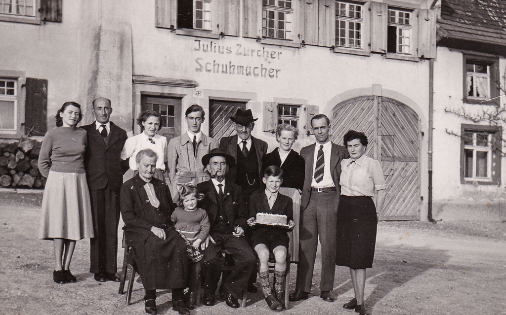 Familie Zürcher vor ihrem Haus in der Alenbergstraße, ca. 1952-1955