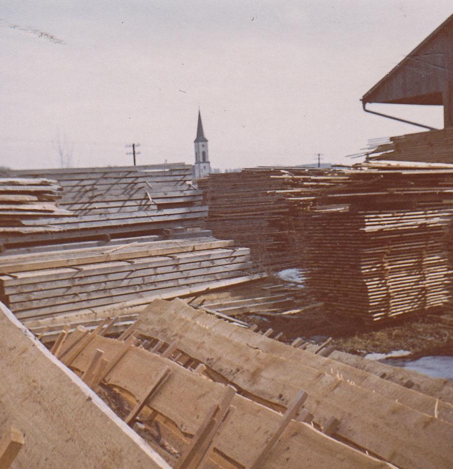 2 Fotos: Bretterstapelplatz der Firma Sägewerk Benz, ca. 1965