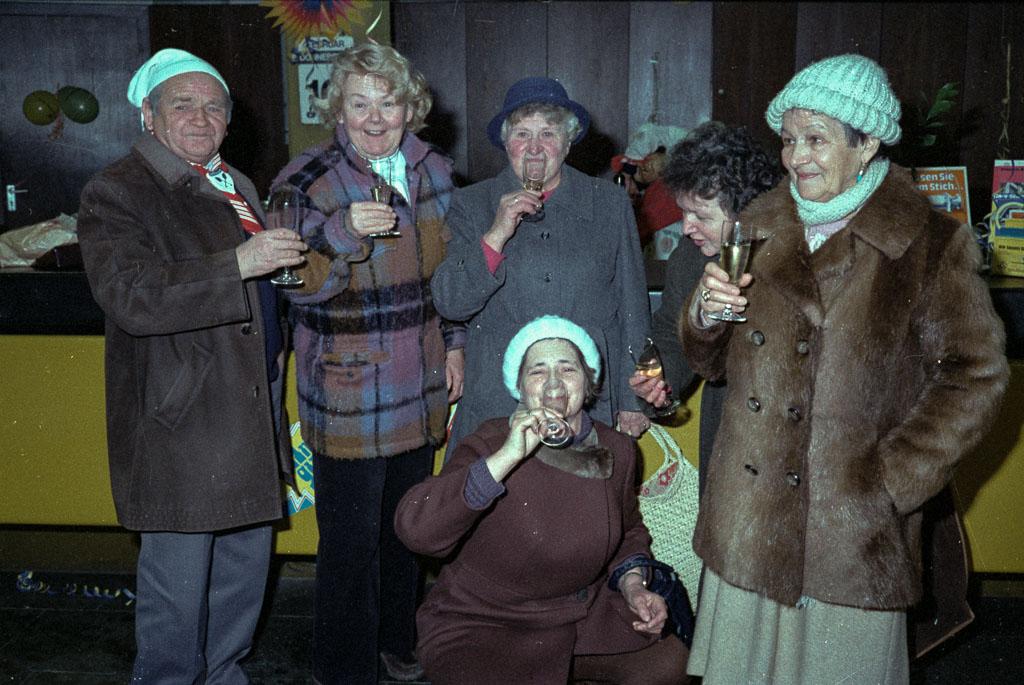 2 Fotos: Narrengruppe in der Volksbank, Fasnacht 1983