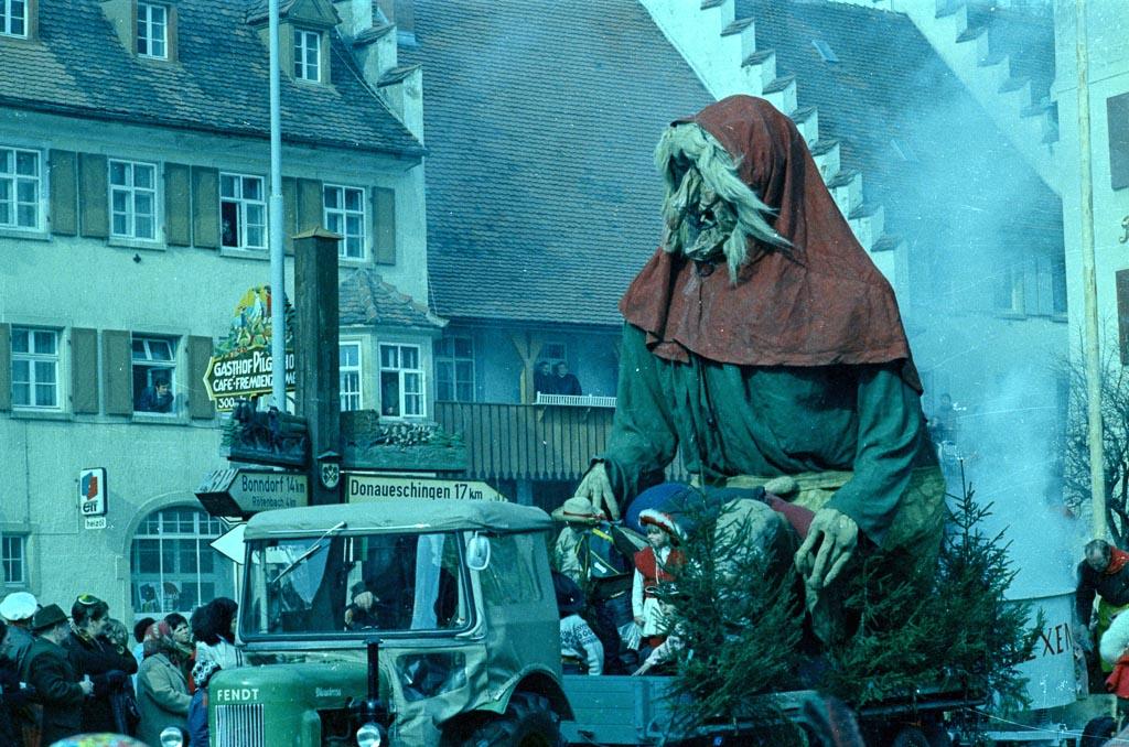 Hexenwagen auf dem unteren Rathausplatz, Fasnacht 1971