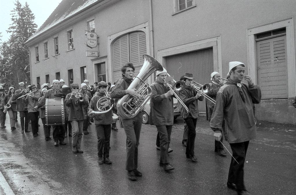 Stadtmusik beim Rosenmontagsumzug vor dem Gasthaus »Linde«, Fasnacht 1971
