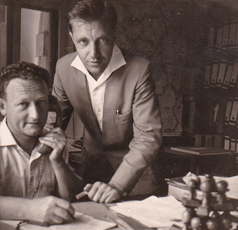 2 Fotos: Mitarbeiter im Büro des Sägewerk Benz, 1965