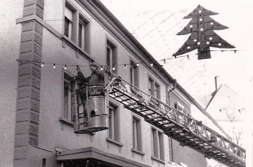 Aufhängen der Weihnachtsdekoration am Rathausplatz, ca. 1995