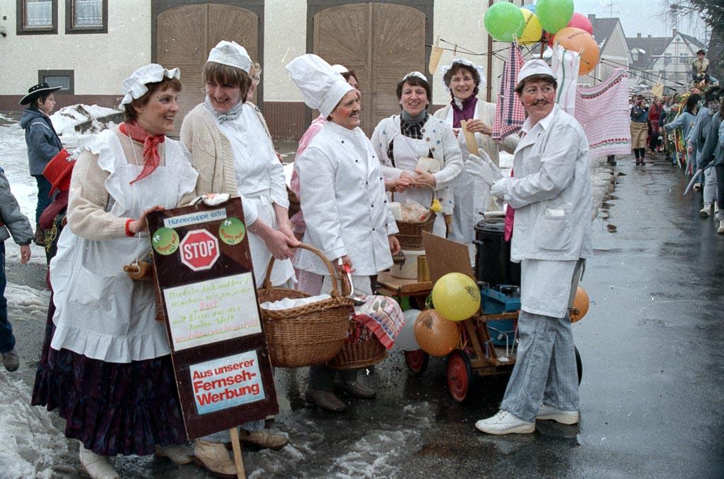 2 Fotos: Narrengruppe in der Maienlandstraße, Fasnacht 1987