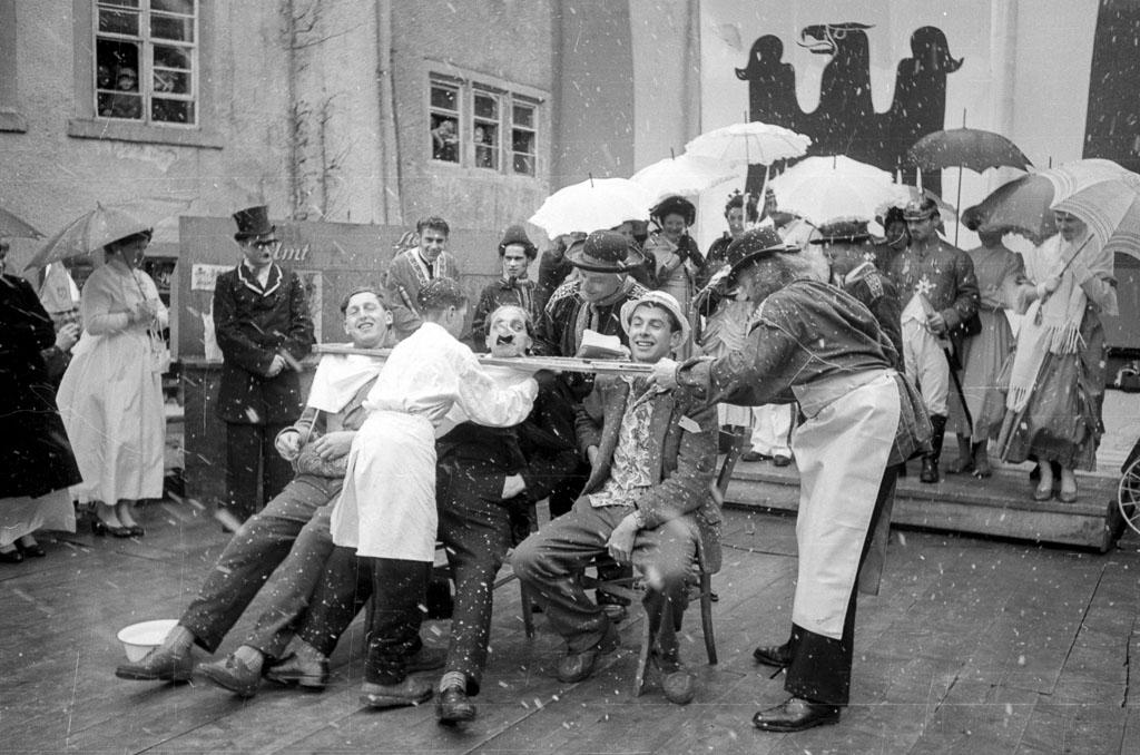 2 Fotos: Vorführung auf der Fasnachtsbühne in der Kirchstraße, Fasnacht 1958