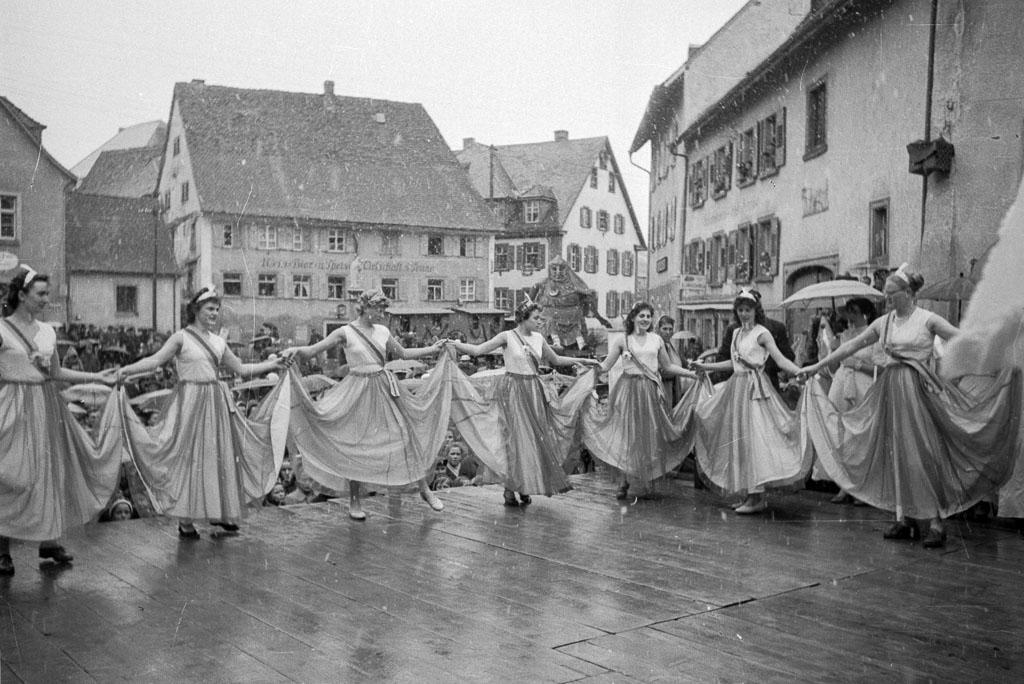 2 Fotos: Tanzdarbietung auf der Fasnachtsbühne in der Kirchstraße, Fasnacht 1958