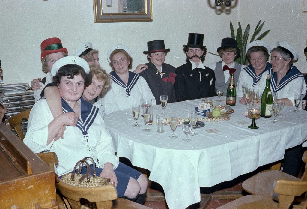 2 Fotos: Frauengruppe im Gasthaus »Linde«, Fasnacht 1978