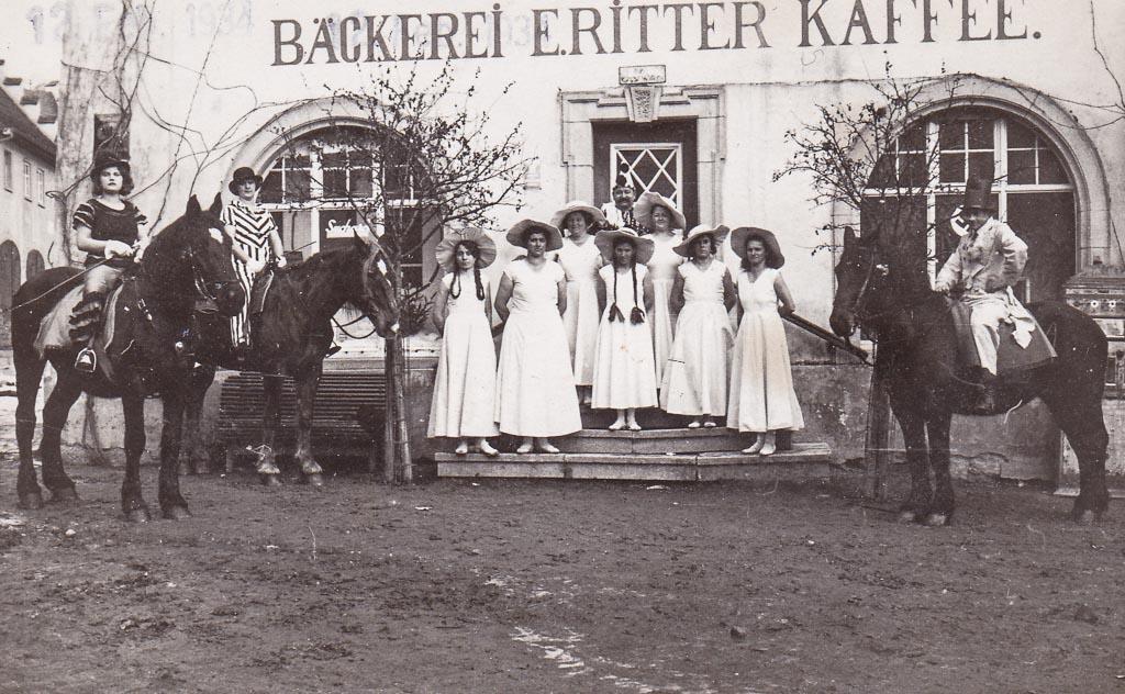 Narrengruppe vor der Bäckerei und Café Ritter, Fasnacht ca. 1935