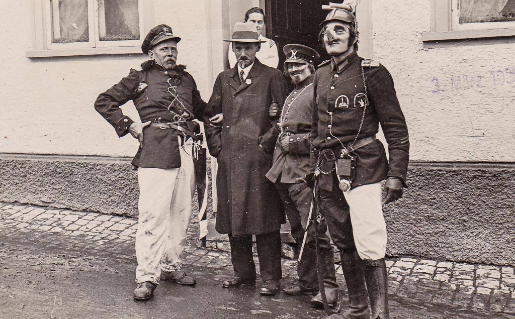 Narrengruppe vor dem Gasthaus »Ganterbräu«, Fasnacht 1936