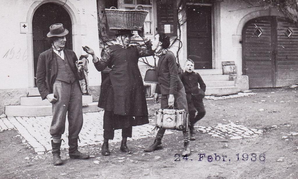 Narrengruppe in der Demetriusstraße, Fasnacht 1936