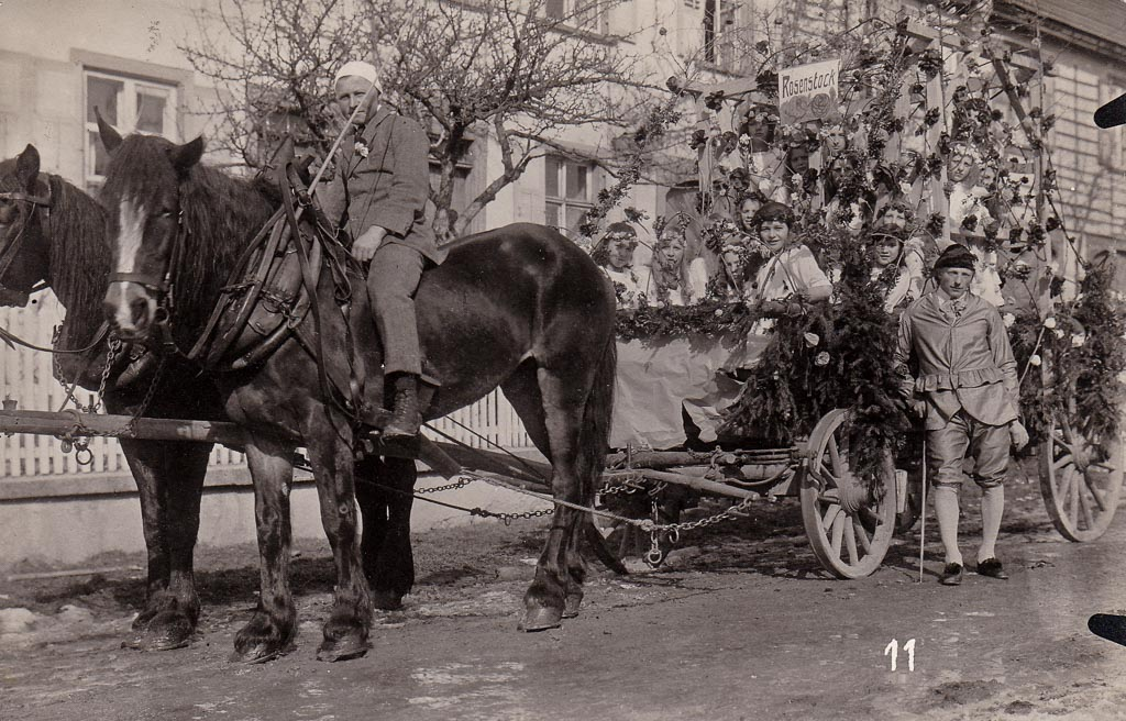Umzugswagen »Rosenstock Holderblüh« in der Oberen Hauptstraße, Fasnacht 1927