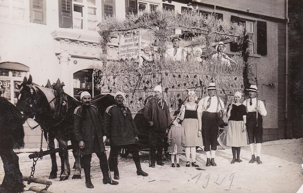 Umzugswagen »Sommer« vor dem Haus Vogt, Fasnacht 1929