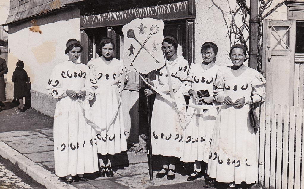 Narrengruppe vor dem Haus Ganter in der Maienlandstraße, Fasnacht 1938