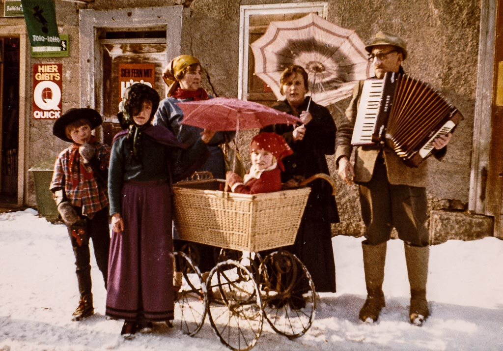 Narrengruppe mit Kinderwagen, Fasnacht 1969