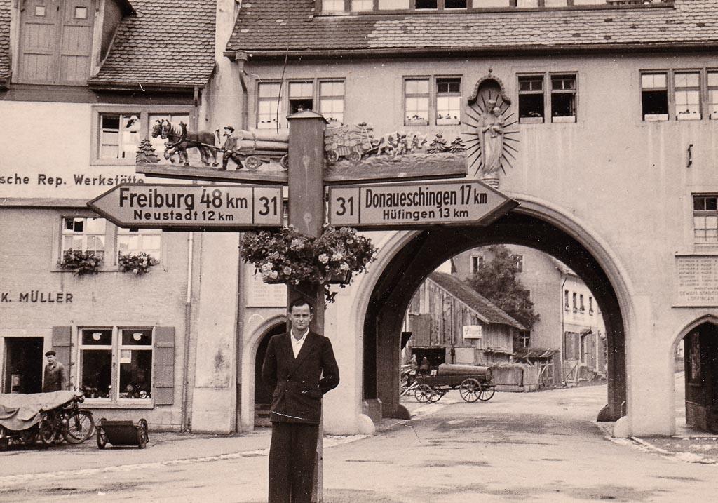 Mann vor dem Wegweiser am Mailänder Tor, 1956