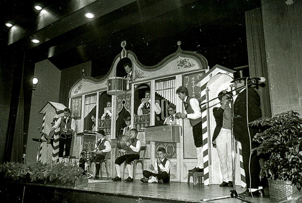 Auftritt des Trommelzugs der Stadtmusik beim Jahreskonzert, ca. 1989