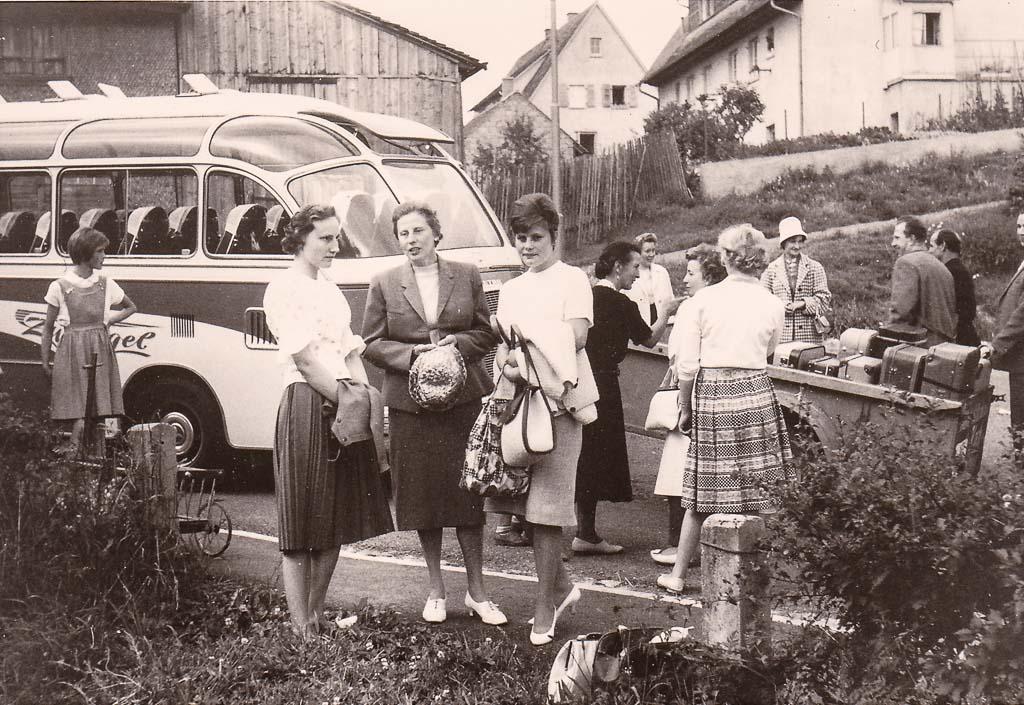 Reisegruppe in der Festhallenstraße, ca. 1960