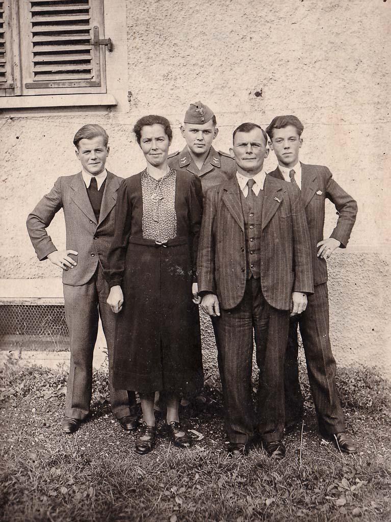 Familie Müller vor dem »neuen Benzbau«, ca. 1940
