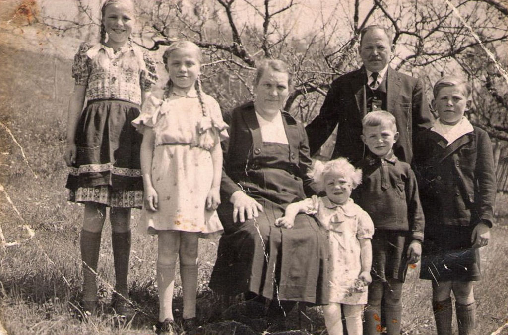 Familie Glunk im Garten, ca. 1940