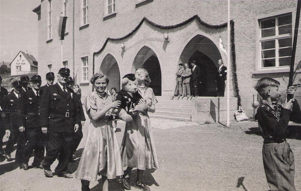 Festumzug der Feuerwehr vor der Festhalle, 6./7. Juni 1953
