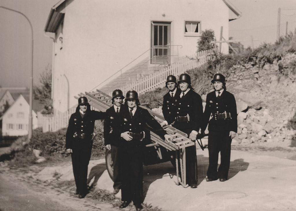 Feuerwehrmänner mit Leiter in der Alenbergstraße, ca. 1960