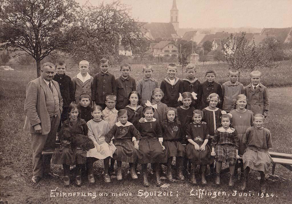 Schulklasse des Jahrgangs 1913/14 mit Lehrer Zwingert, 1924