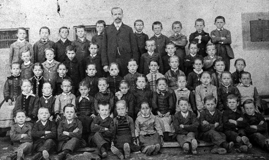 Schulklasse der Jahrgänge 18xx/xx mit Lehrer Matt, ca. 1896