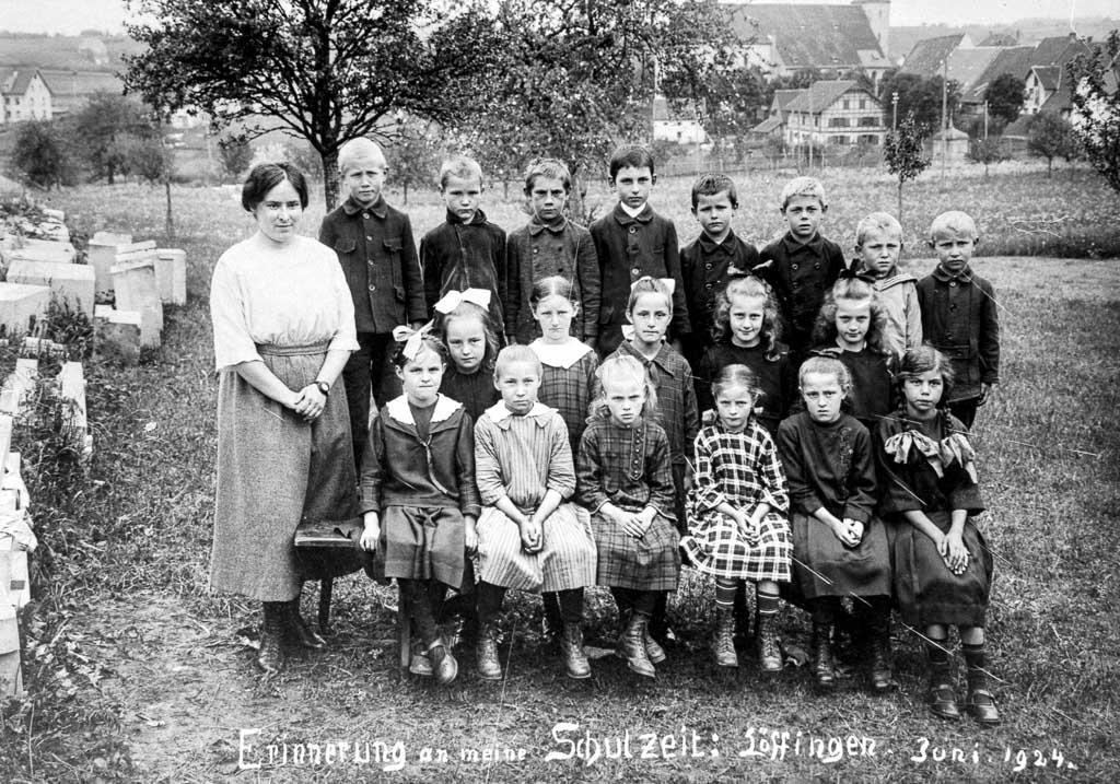 Schulklasse des Jahrgangs 1916/17 mit Lehrerin Braun, 1924