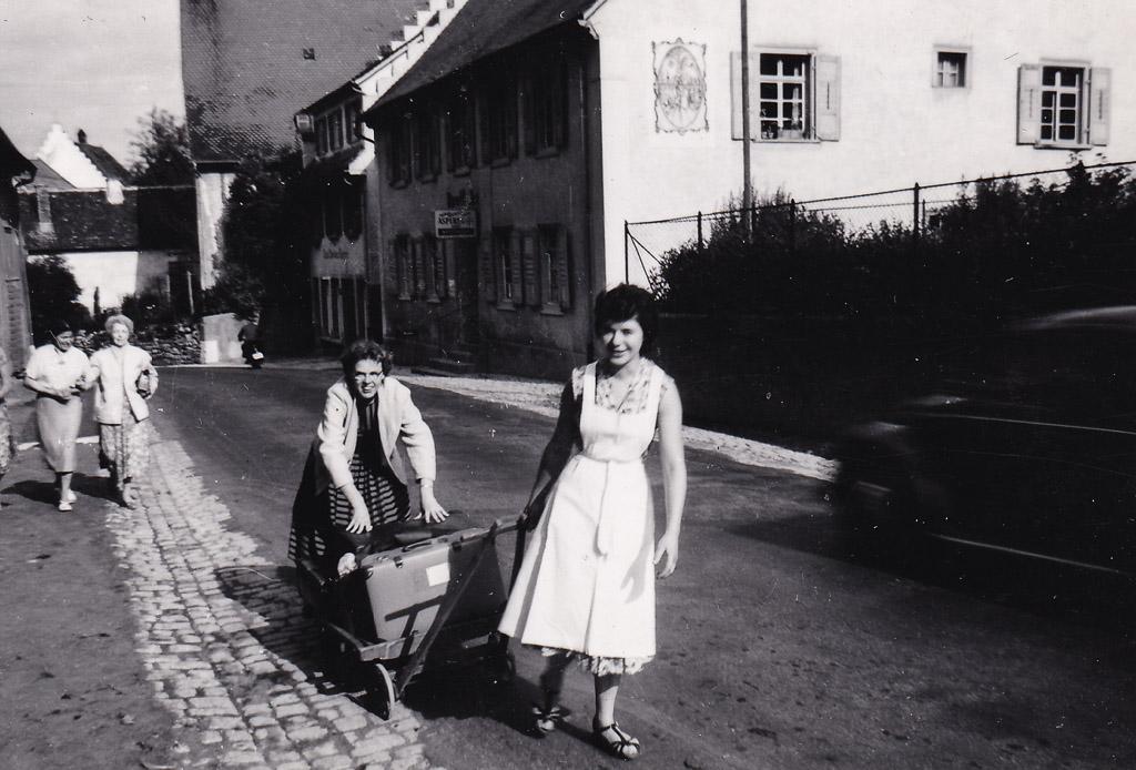 Abholen der Feriengäste in der Oberen Hauptstraße, 1958