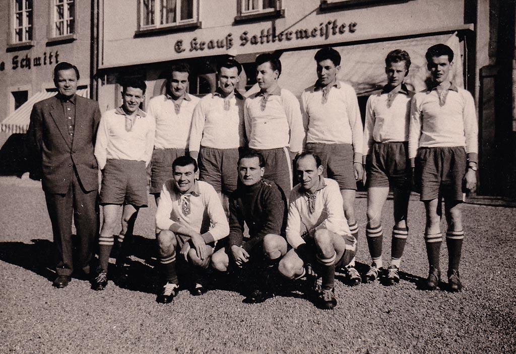Fußballmannschaft in der Demetriusstraße, ca. 1955