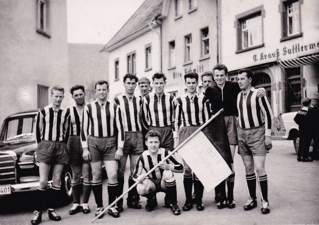 Fußballmannschaft »Mailand Alenberg« in der Demetriusstraße, ca. 1960