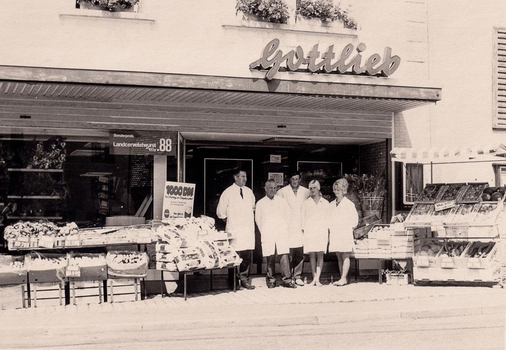 Angestellte vor dem Geschäft »Gottlieb« am oberen Rathausplatz, ca. 1970