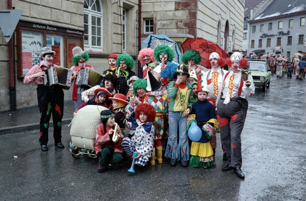 Clowngruppe auf dem Rathausplatz, Fasnacht 1977