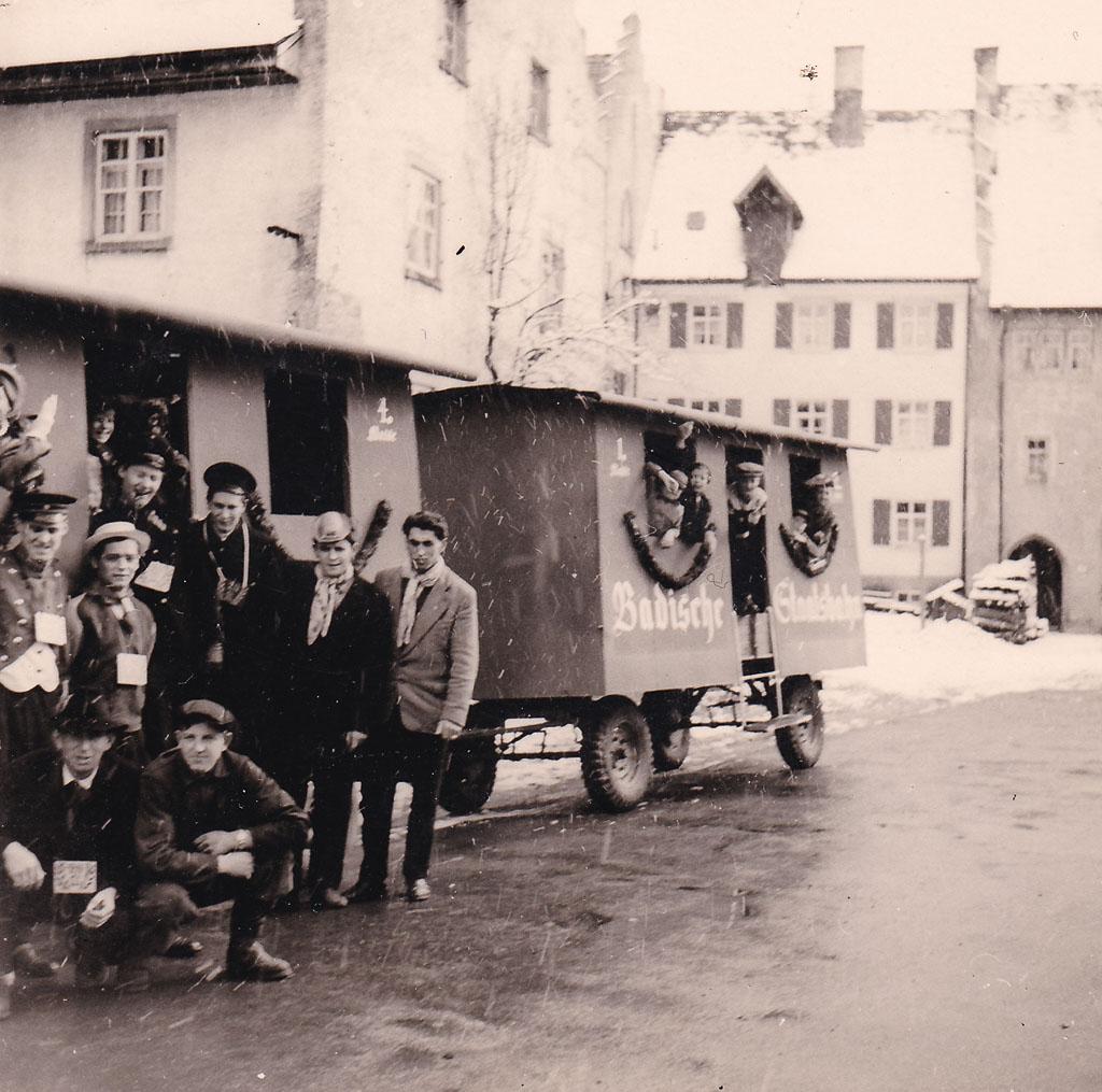 20-Jährige mit Umzugswagen in der Maienlandstraße, Fasnacht 1958