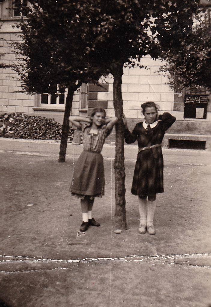 Zwei Mädchen auf dem alten Schulhof, ca. 1954