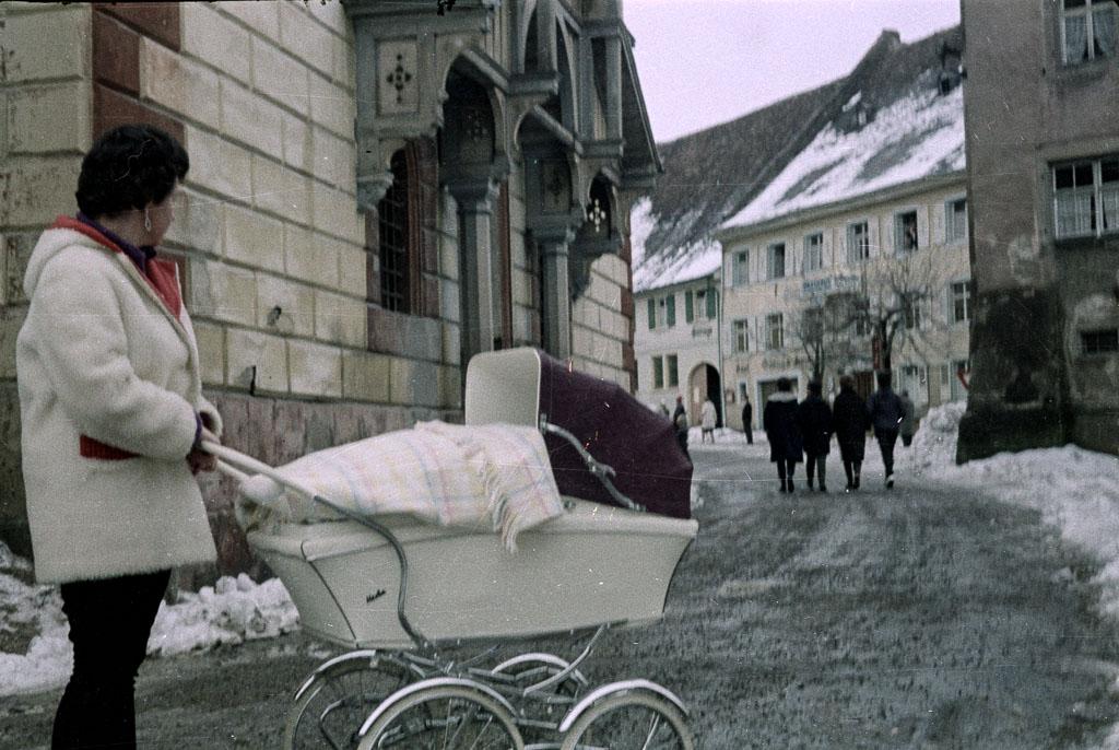 Frau mit Kinderwagen am Rathausplatz, ca. 1965