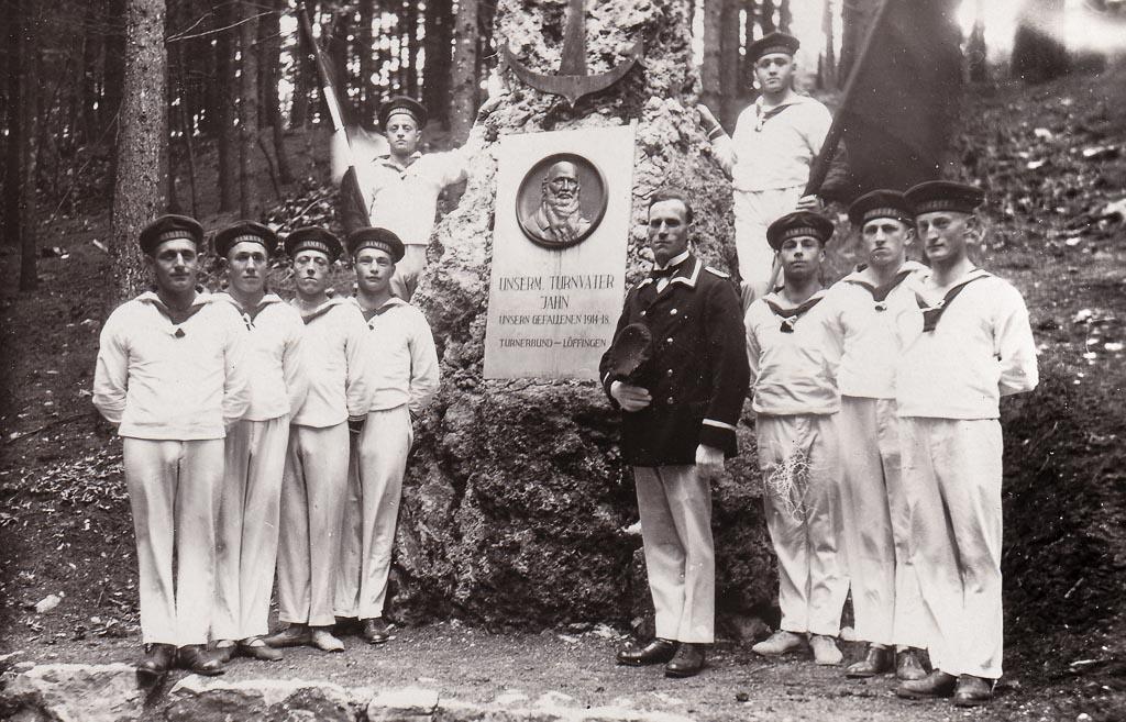 Matrosen beim Jahn-Denkmal, ca. 1935