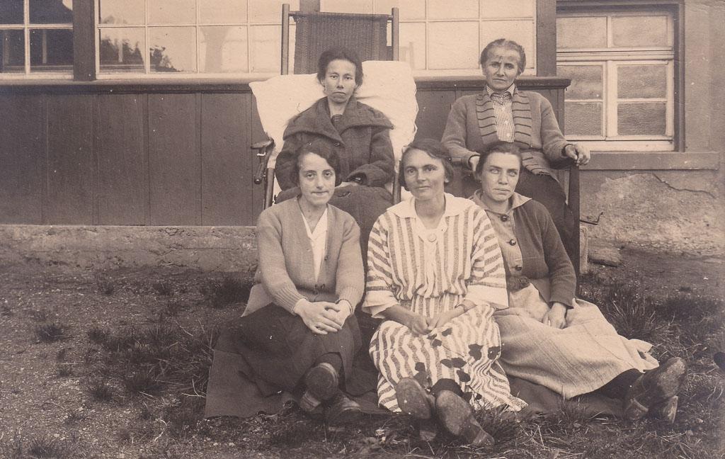 Fünf Frauen vor einem Haus, ca. 1920