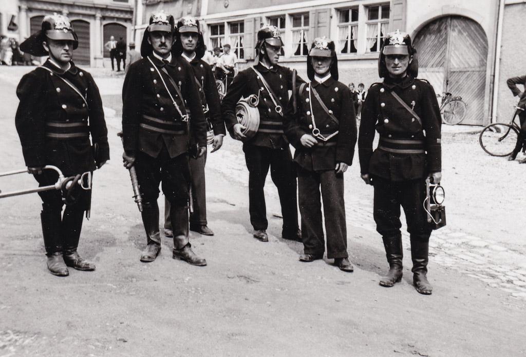 Feuerwehrmänner auf dem oberen Rathausplatz, 6. Juni 1937