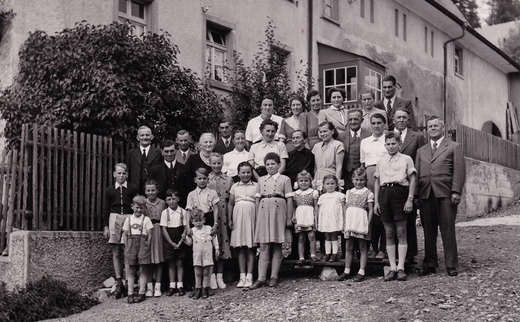 2 Fotos: Familie Mayer vor ihrem Haus in der Ringstraße, ca. 1953