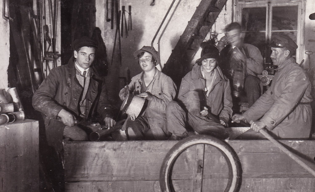 Gruppenfoto in der Flaschnerwerkstatt Willmann, Juli 1928