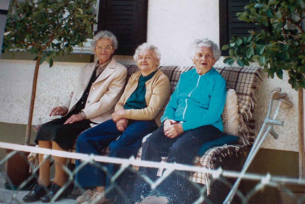 Drei Frauen auf einer Sitzbank in der Haslachstraße, ca. 1990-1995