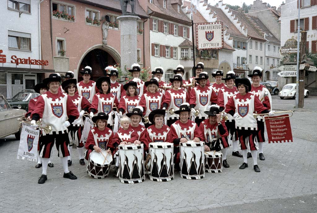 2 Fotos: Fanfarenzug beim Demetriusbrunnen, 1977