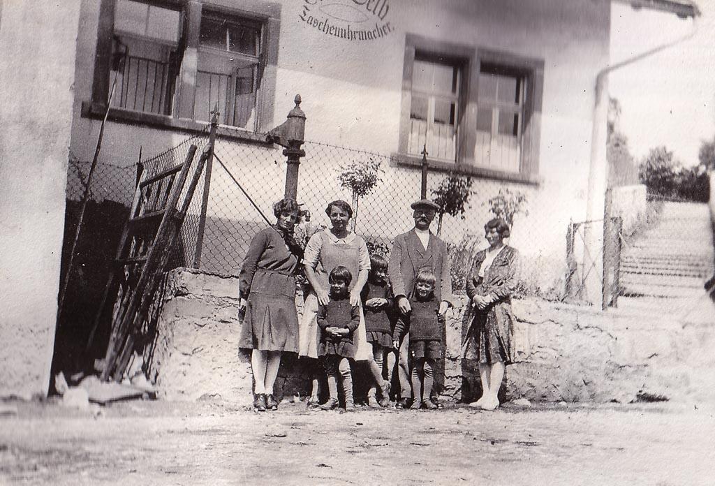 Personengruppe vor dem Haus Selb in der Vorstadtstraße, ca. 1940