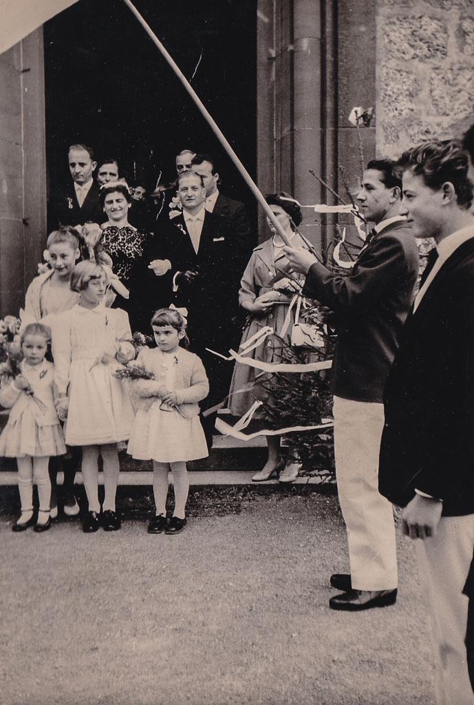 Brautpaar Jordan / Köpfler vor dem Kirchenportal, ca. 1959