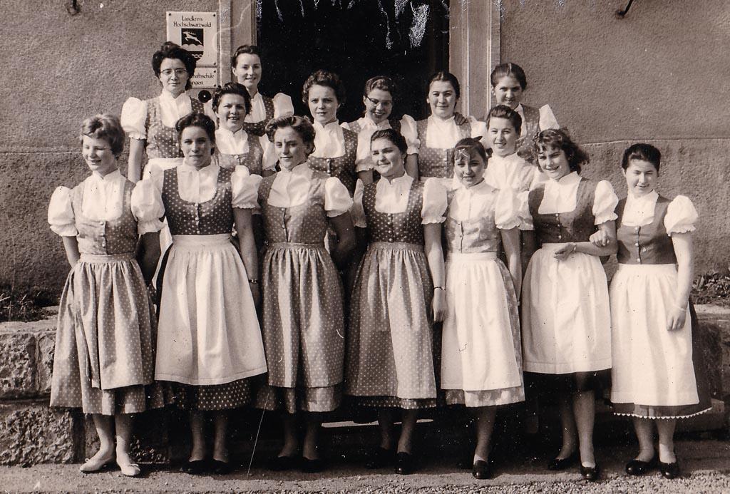 2 Fotos: Schulentlassung der Mädchenklasse der Landwirtschaftsschule, 1958
